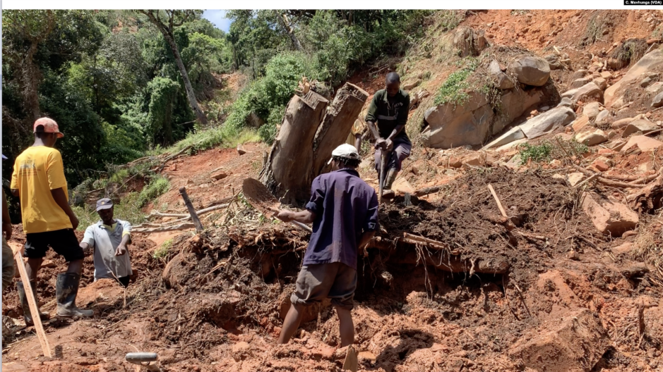 Finding_a_victim_from_the_landslides_after_Idai.png